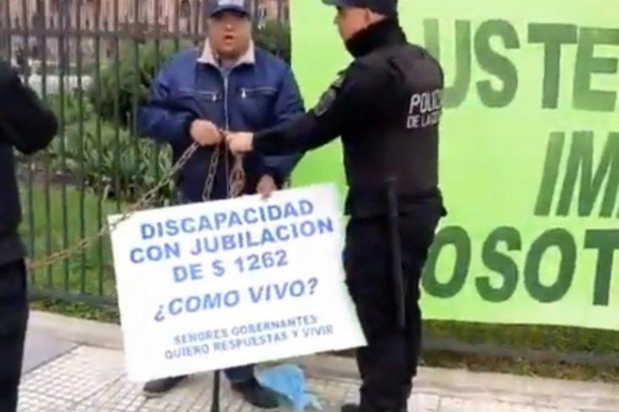 El drama del jubilado que se encadenó en Casa Rosada: No puedo vivir con 1300 pesos