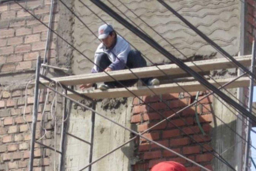 Un obrero está internado grave tras caer de un andamio