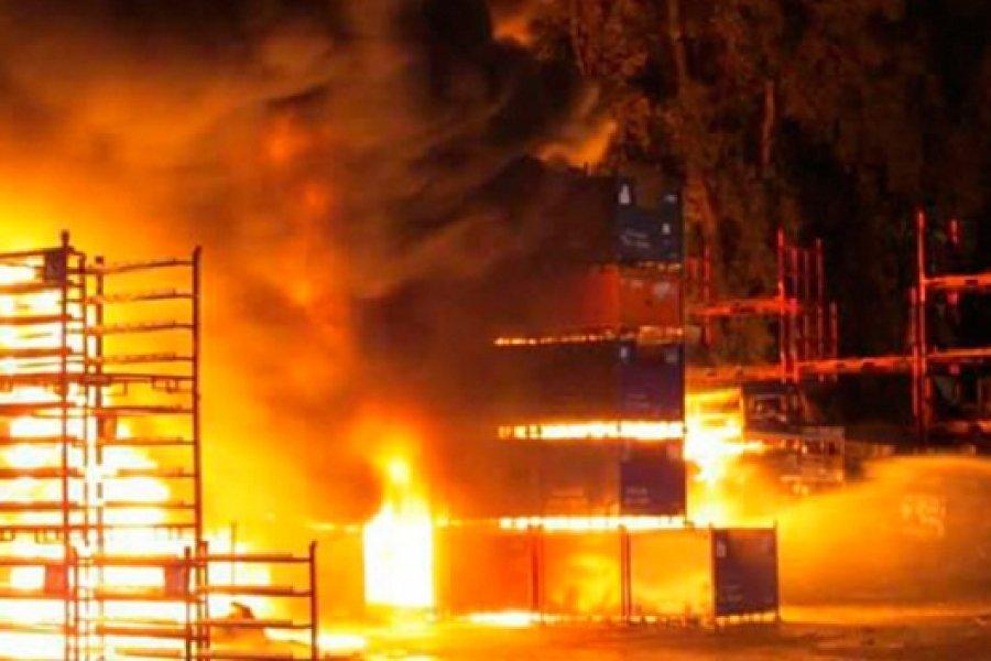 Voraz incendio destruyó un depósito en Goya