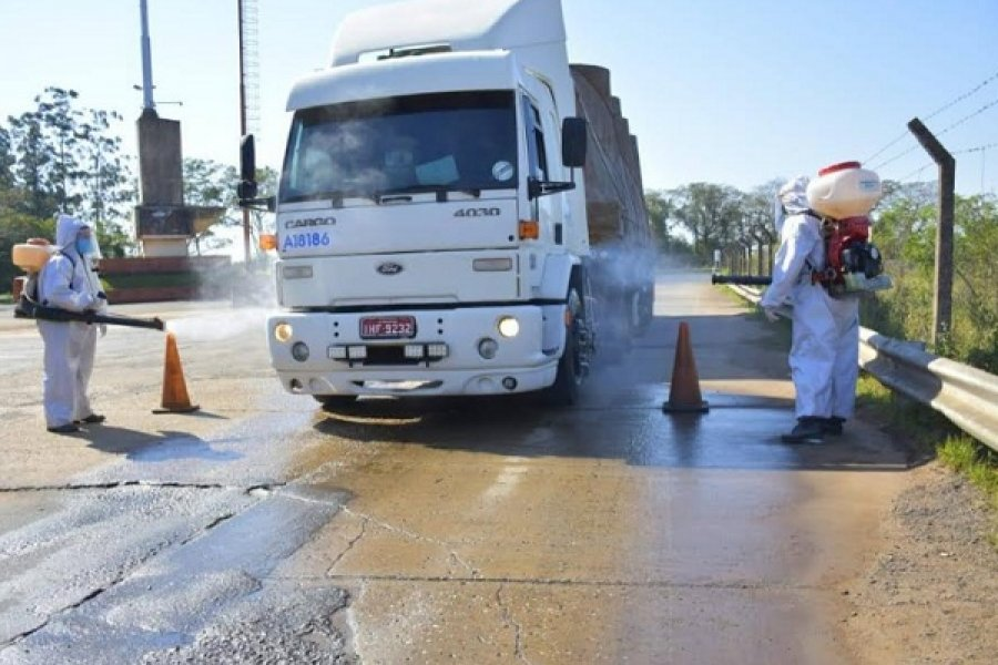 Paso de los Libres: Continúa la desinfección de camiones en el ingreso al país