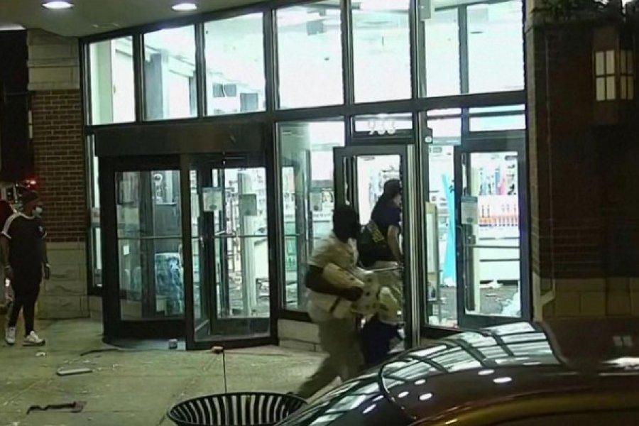 Caos en Chicago: cientos de personas saquearon tiendas tras un tiroteo con la policía