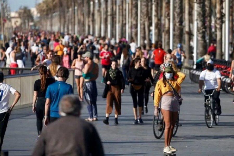 Rebrote de coronavirus en España: prohíben fumar en la calle y anuncian el cierre de boliches