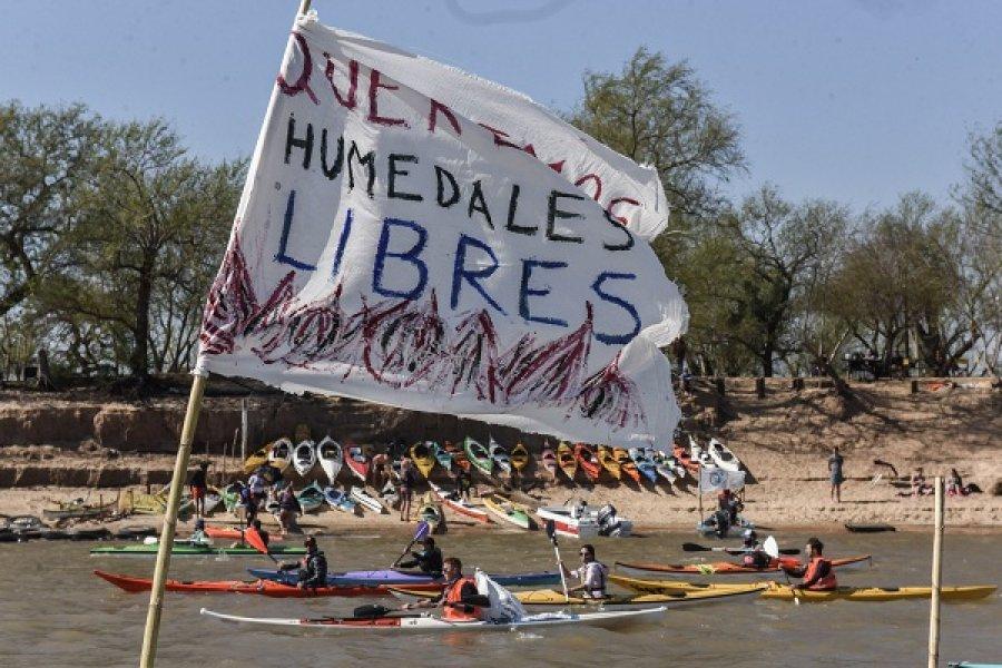 Rosario: 300 kayaks en el río Paraná para exigir una Ley de Humedales