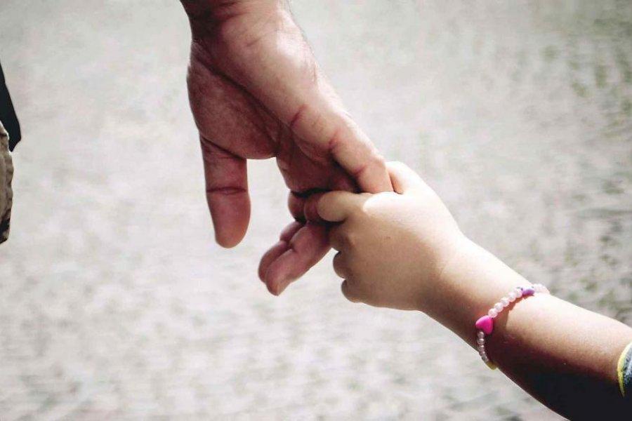 Un niño de 10 años espera por una familia que le brinde amor