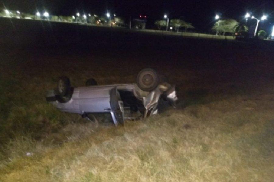 Auto volcó tras chocar contra un caballo suelto frente al Aeropuerto