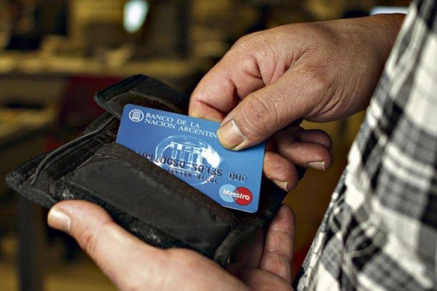 Jubilados y AUH: extienden el reintegro del 15 por ciento por compras con débito