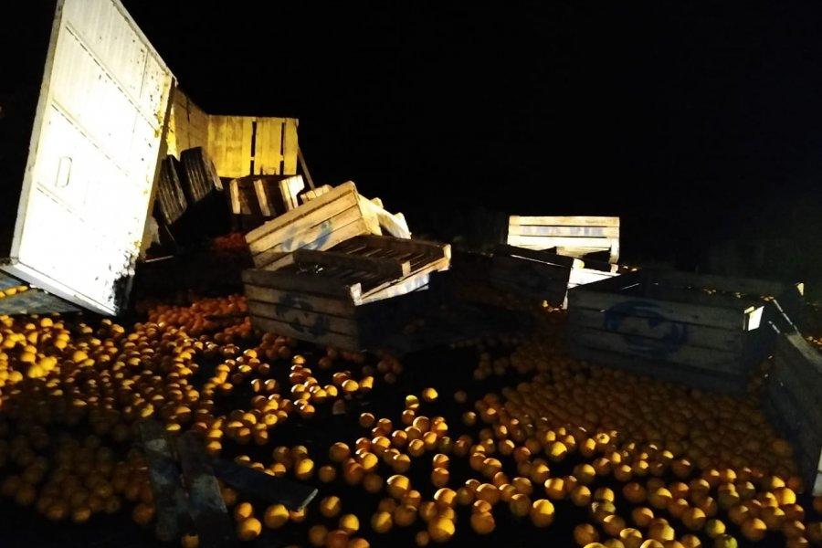 Volcó un camión de citrus en la Ruta Provincial Nº 129