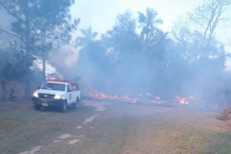 Bomberos trabajan para sofocar un incendio en Santa Ana