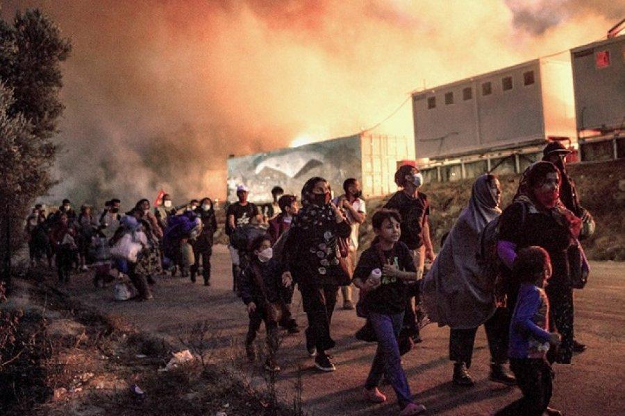 Migrantes se instalan en un centro temporal en Lesbos tras el incendio del campamento