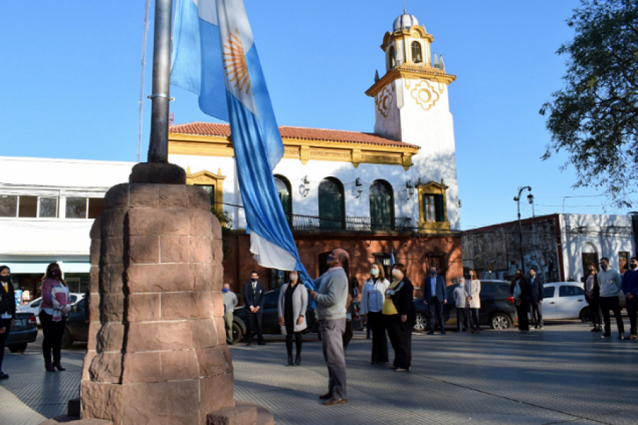 Mercedes: El Municipio celebró el Día del Profesor con un Izamiento de Banderas