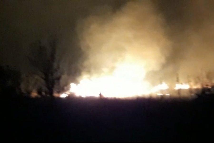 Noche de furia por el fuego sin control en la zona de Sauce Viejo