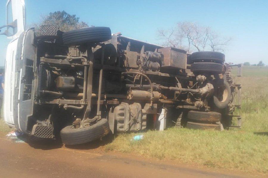 Impactantes imágenes del despiste y vuelco de un camión en Ruta 12