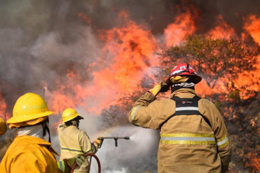 Más de 400 bomberos trabajan en sofocar varios incendios en Córdoba