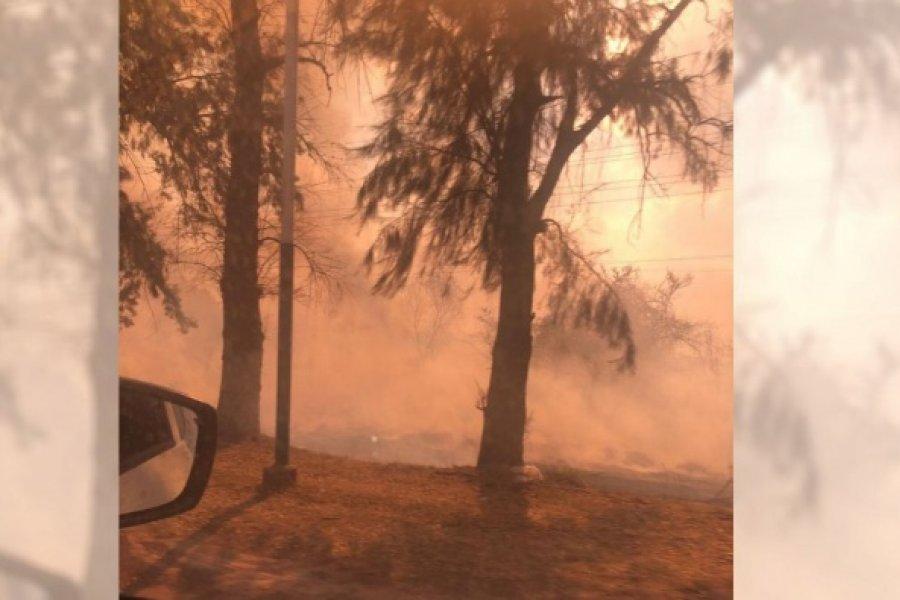 Voraz incendio en Puerto Tirol amenaza con llegar a las viviendas