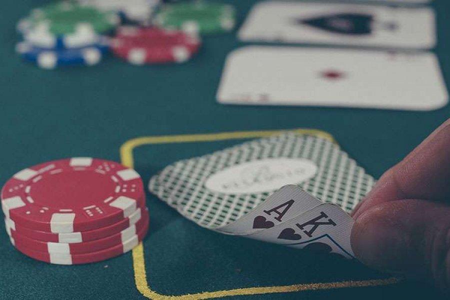 Cardenal alerta sobre perversidad de ley de juegos de azar en línea