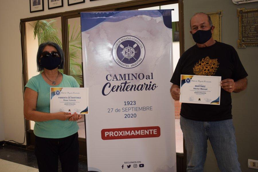 Regatas entregó los certificados a sus nuevos vitalicios