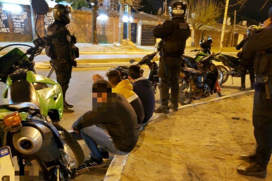 Demoraron a varias personas y secuestraron motocicletas