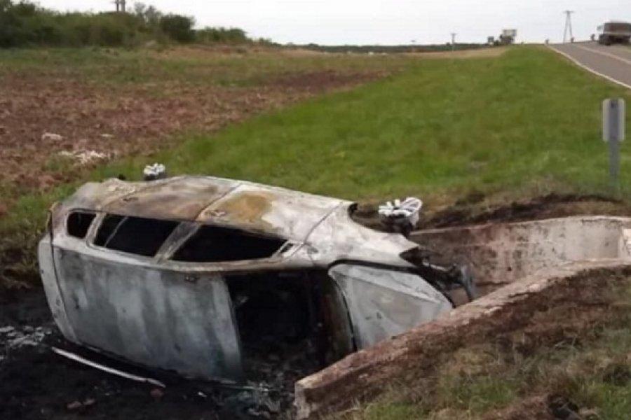 Dramático rescate a un conductor tras vuelco en Mercedes