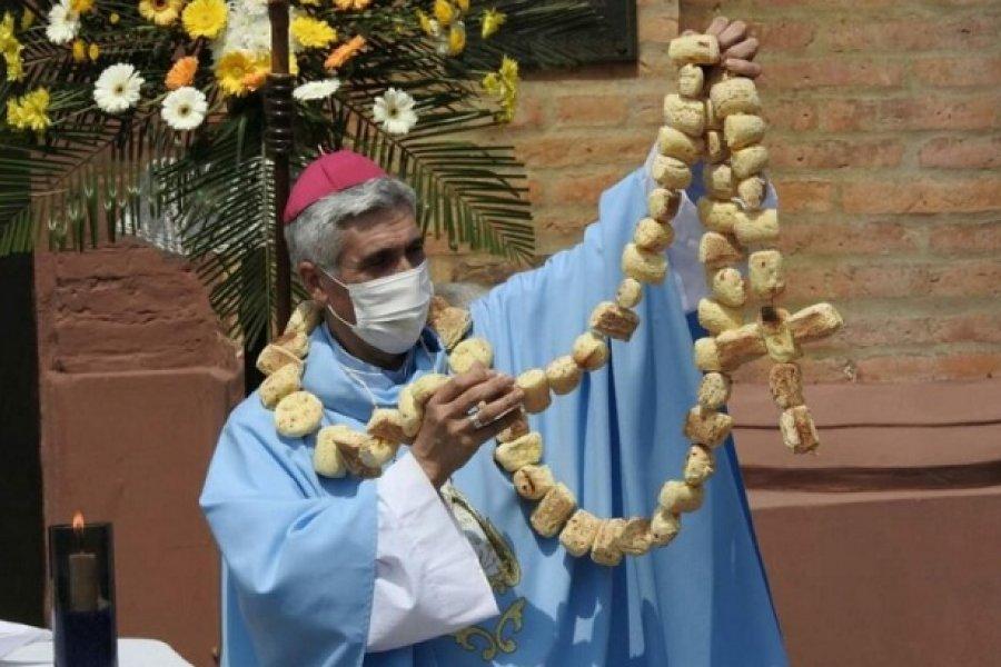 Caá Catí: Le entregaron un Rosario de chipá al Obispo Auxiliar de Corrientes
