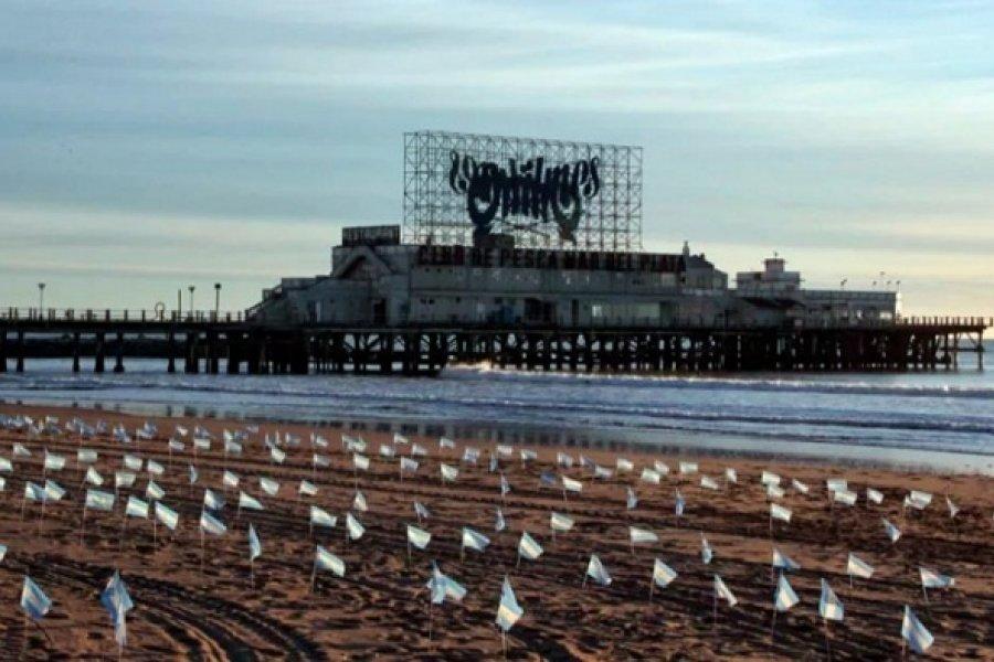 Impactante imagen en Mar del Plata: 504 banderas en la playa por cada muerto por coronavirus