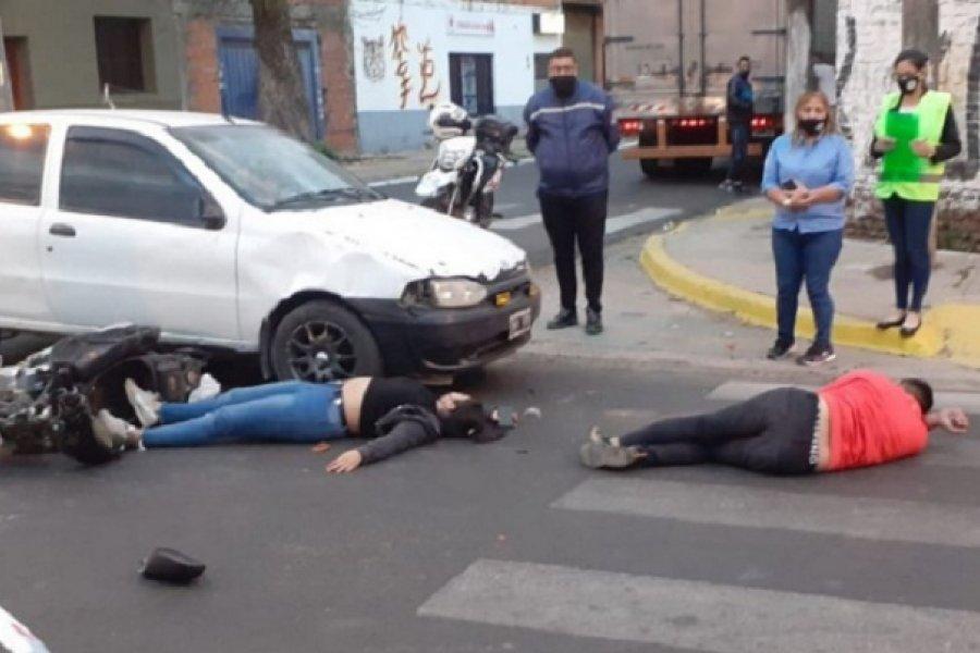 Imprudencia: Iban en moto tomando vino y chocaron contra un auto