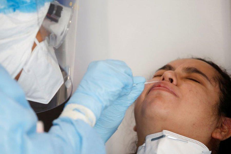 Reportan el primer caso de una paciente que se infectó de coronavirus y gripe al mismo tiempo