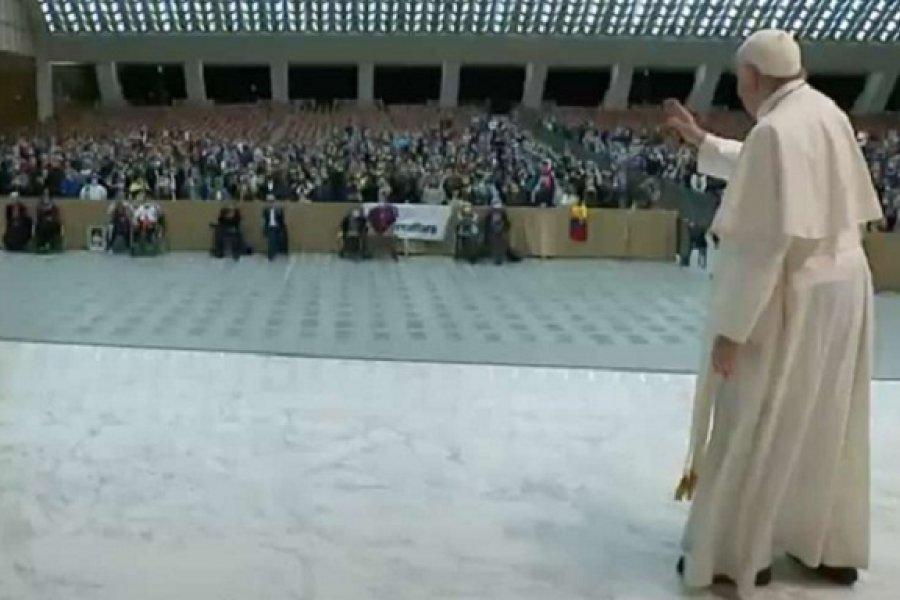 Papa Francisco evita saludar de cerca a los fieles por aumento del COVID-19 en Italia