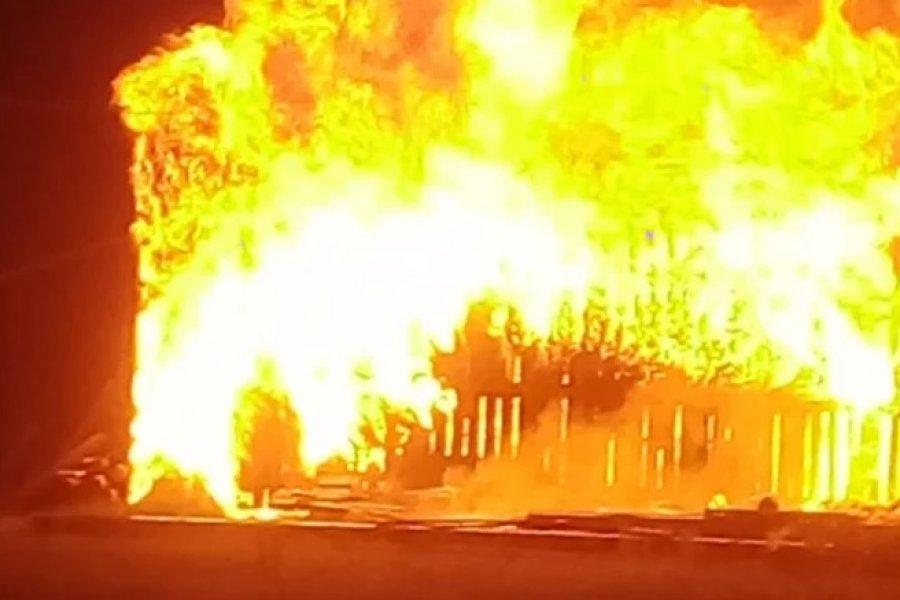 El fuego consumió un depósito de materiales de construcción en Santa Rosa