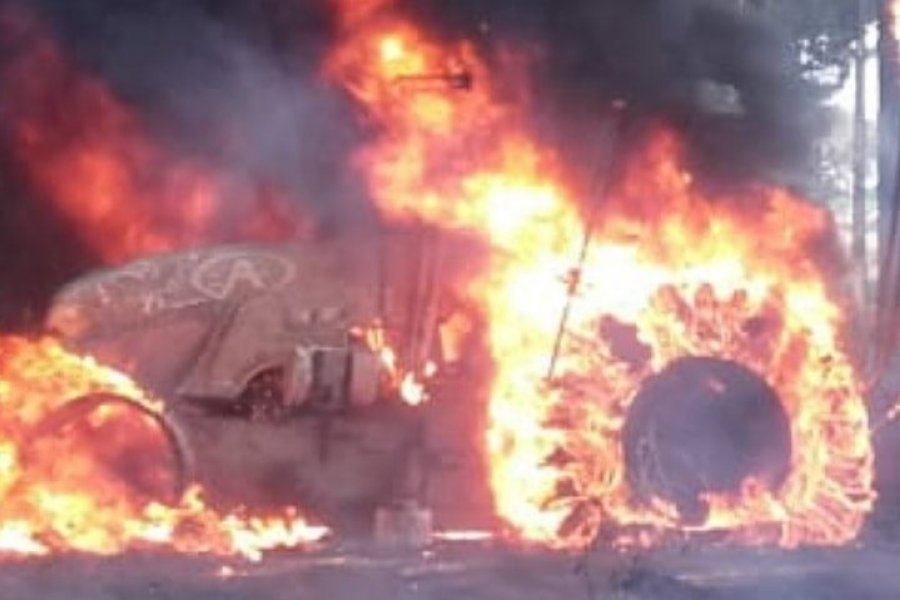 Impactante incendio de un tractor en una forestación