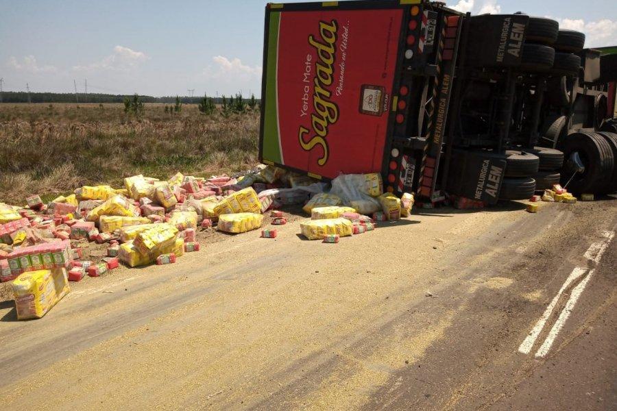 Volcó un camión con más de 25 toneladas de yerba