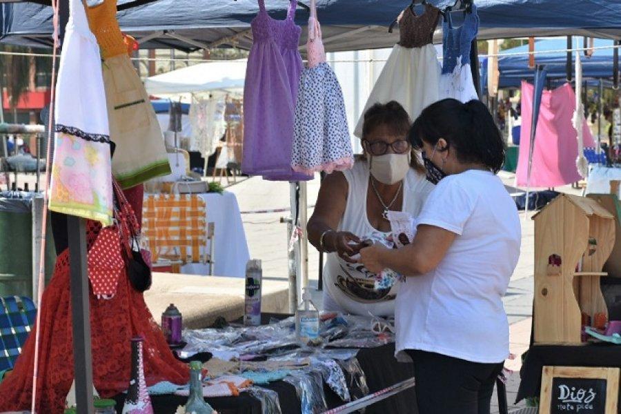 Con una gran variedad de productos, la Feria de Artesanos estuvo en la plaza Cabral