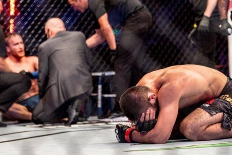Khabib desmayó a su rival y llorando anunció su retiro de UFC