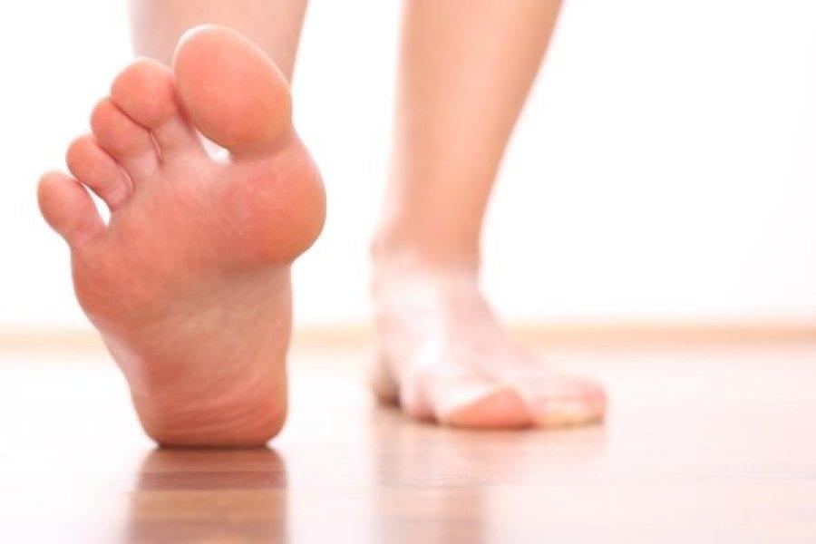 Cómo curar talones agrietados y cuidar los pies