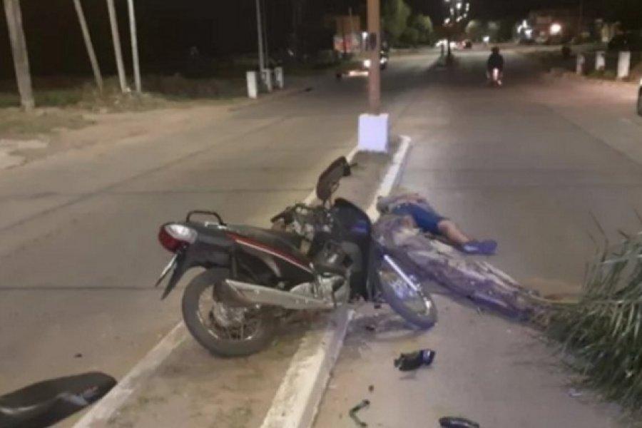 Motociclista herido grave al chocar contra una palmera