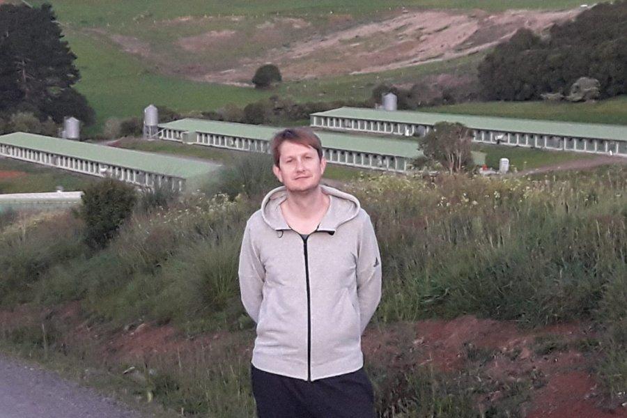 Veterinario de la UNNE se destaca en Nueva Zelanda por su formación en Avicultura
