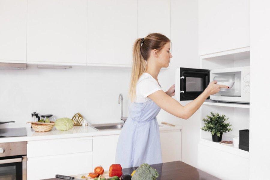 Los 7 alimentos que no deberías calentar nunca en el microondas