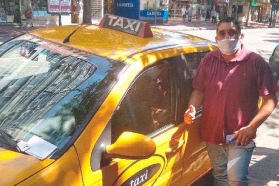 Un taxista devolvió un maletín con 500 mil pesos
