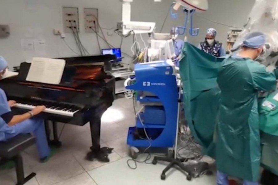Operaron a un nene de 10 años mientras un doctor tocaba el piano