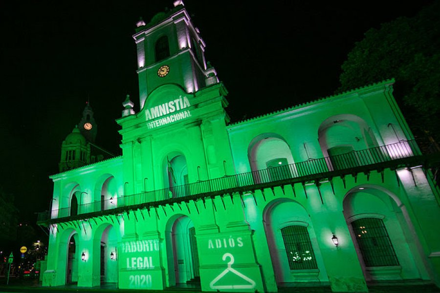 Amnistía Internacional iluminó el Cabildo de verde por el aborto legal
