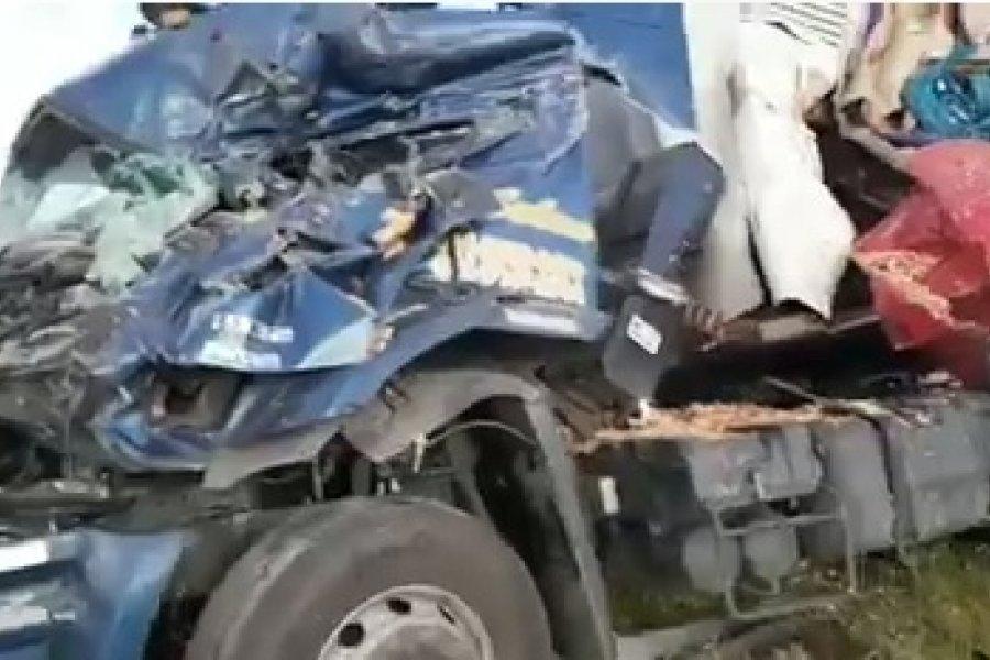 Un herido grave tras el impactante choque entre dos camiones