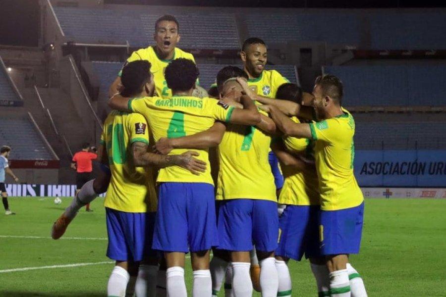Brasil derrotó a Uruguay en el Centenario y se cortó en la punta de las Eliminatorias
