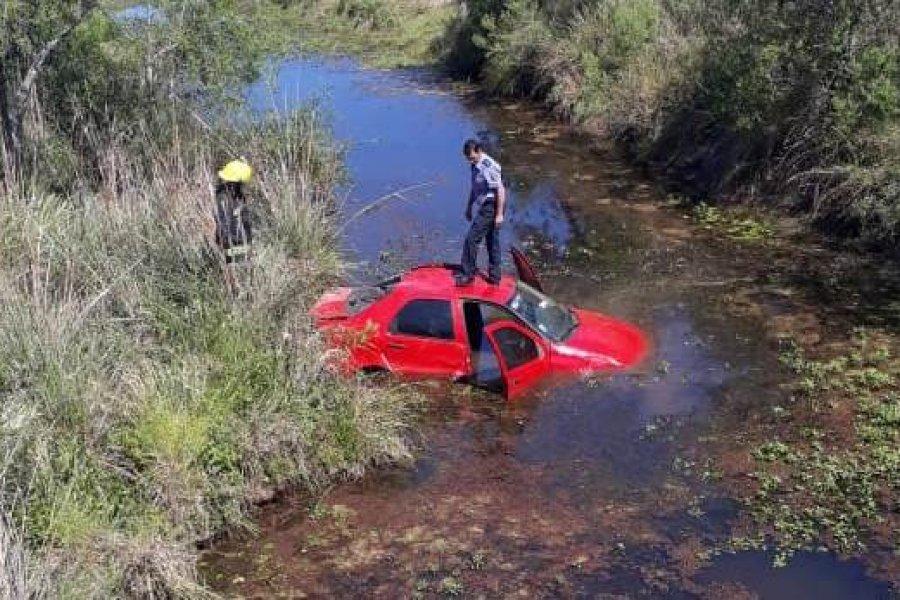 Espectacular despiste de un auto que terminó en un arroyo