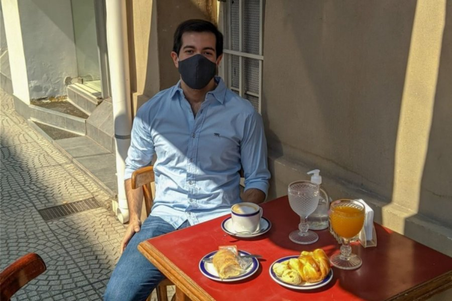 Rindió su última materia y festejó solo tomando un café