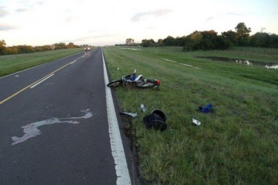 Dos personas que circulaban en motocicleta murieron tras chocar contra un camión