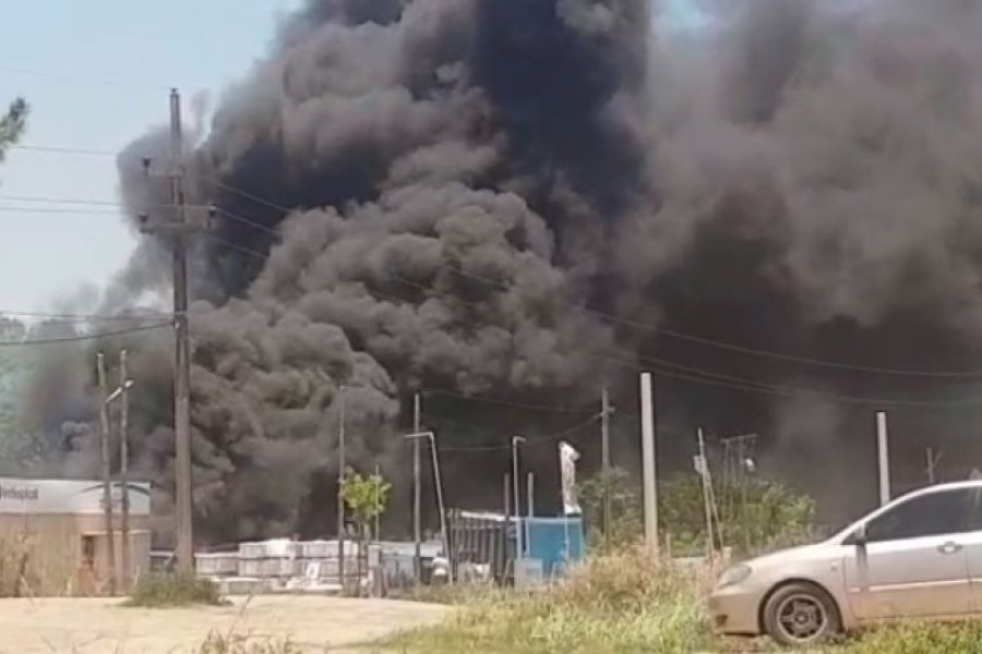 Impactantes imágenes del voraz incendio frente al Club Boca Unidos