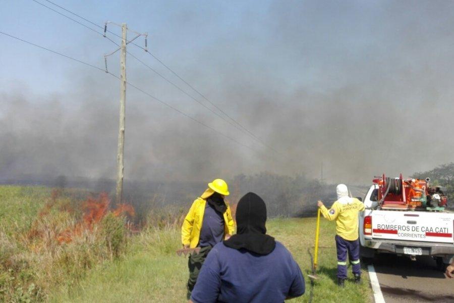 Postes de energía en peligro por el fuego a la vera de Ruta 5