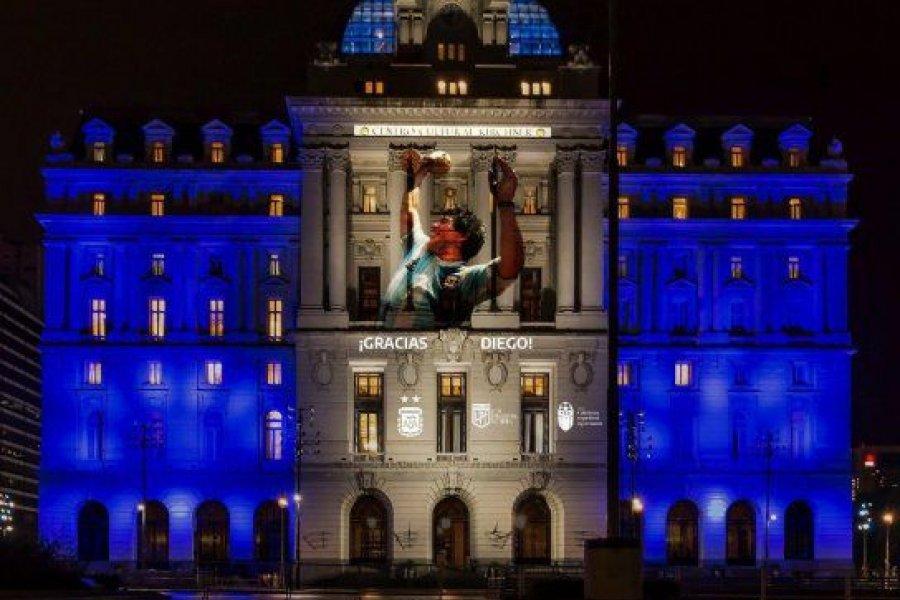 Los monumentos porteños homenajean a Maradona con luces