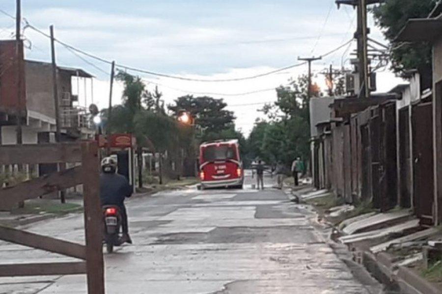 Un colectivo se hundió en medio del pavimento en el barrio 3 de Abril