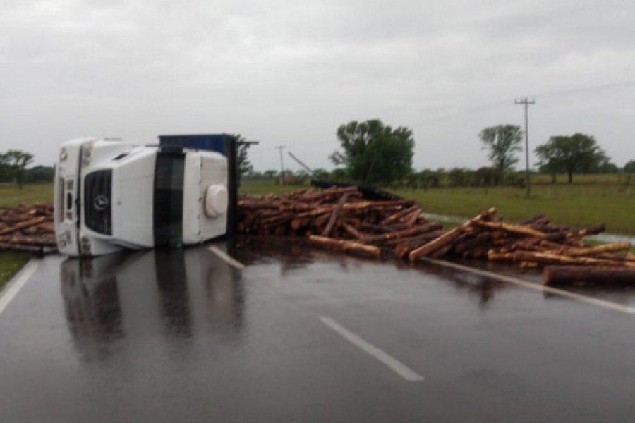 Volcó un camión que transportaba rollizos de pino en Ruta 12