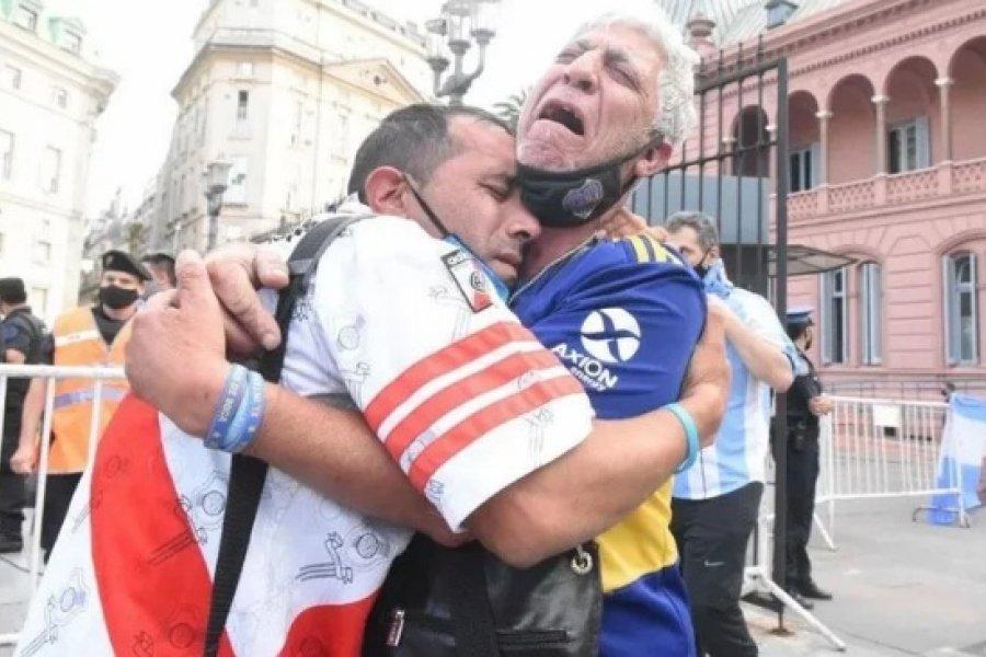 Llorando por Diego: La foto viral de un hincha de River y Boca abrazados